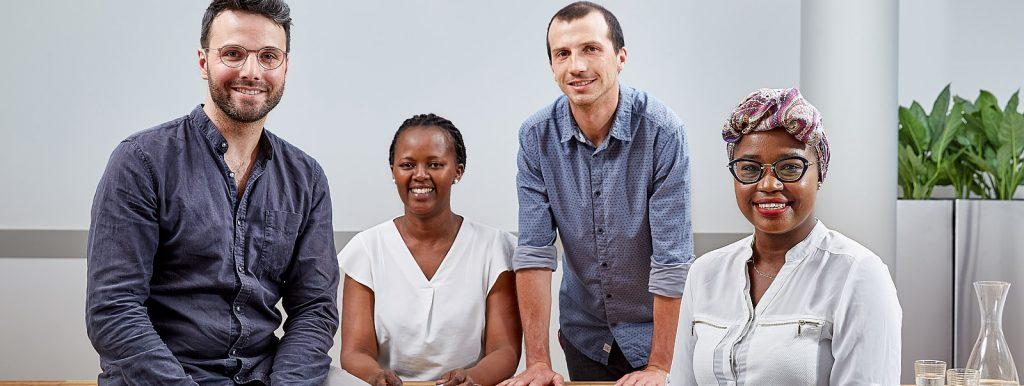 Vier Personen sitzen vor einem Tisch